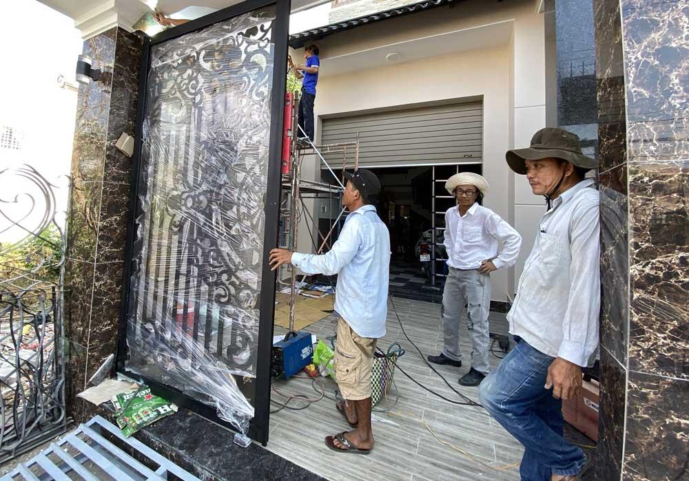 Bộ cửa cổng hoa văn tiện CNC gắng thiết bị cửa tự động âm sàn Communello hai cánh