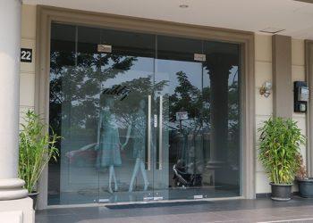 Mẫu cửa kính shop kinh doanh