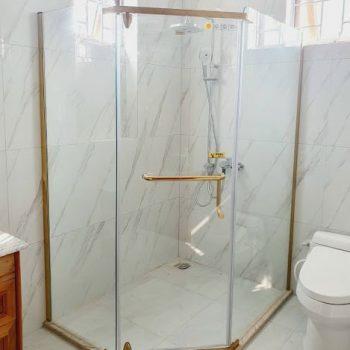 Buồng tắm kính 135 độ mạ vàng mẫu 06